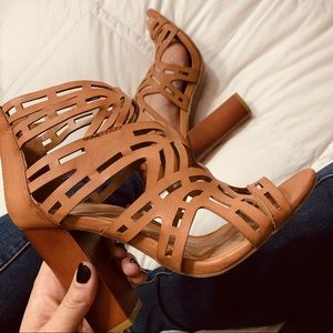 NWOB Bamboo Laser Cut Out Camel Chunky Heel Size 7